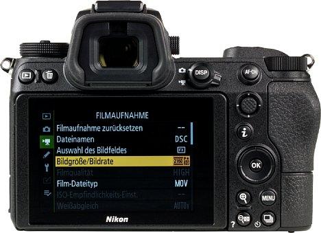 Bild Der rückwärtige Touchscreen der Nikon Z 7 lässt sich nach oben und unten klappen, die Menüs sind altbekannt. Beeindruckend groß und hochauflösend zeigt sich der elektronische Sucher. [Foto: MediaNord]