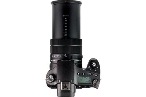 Bild Voll ausgefahren auf 600 Millimeter entsprechend Kleinbild macht sich das Objektiv der Sony DSC-RX10 IV sehr lang. Praktischerweise sind Brennweitenangaben auf dem Tubus aufgedruckt. [Foto: MediaNord]