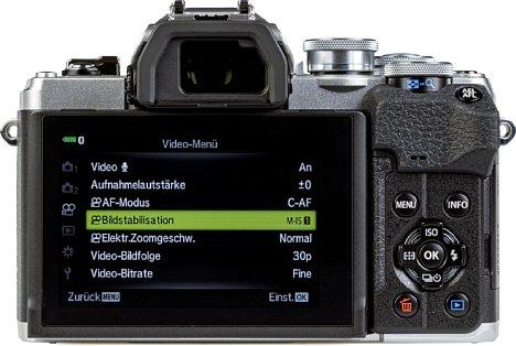 Bild Der Monitor auf der Rückseite der Olympus OM-D E-M10 Mark IV lässt sich um 90 Grad nach oben und erstmals bis zu 180 Grad nach unten klappen. [Foto: MediaNord]