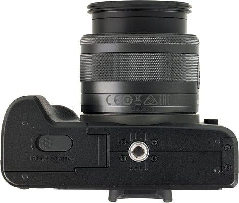 Bild Das Stativgewinde der Canon EOS M50 sitzt vorbildlich in der optischen Achse, jedoch sehr dicht neben dem Speicherkarten- und Akkufach. [Foto: MediaNord]