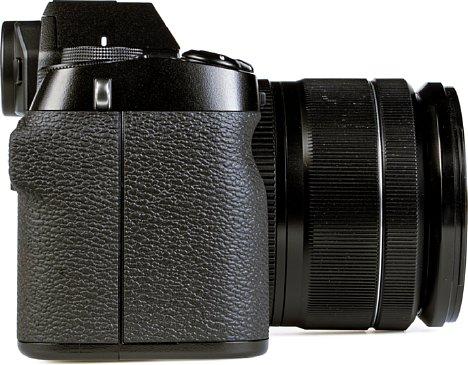 Bild Der große Handgriff der Fujifilm X-S10 erleichtert den langen und ermüdungsfreien Einsatz der Kamera. [Foto: MediaNord]