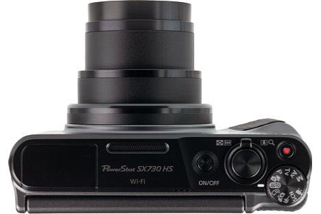 Bild Die Oberseite der SX730 HS zeigt die verschiedenen Elemente für Zoom, Auslösung und Funktionseinstellung. [Foto: MediaNord]