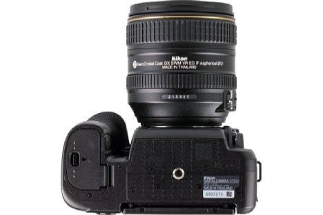 Bild Das Stativgewinde der Nikon D7500 liegt in der optischen Achse. Einen Multifunktionsgriff gibt es jedoch im Gegensatz zum Vorgängermodell nicht mehr. [Foto: MediaNord]