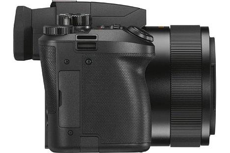 Bild Dank des ausgeprägten Griffs liegt die Leica V-Lux 5 gut in der Hand. Über die USB-Buchse kann der Lithium-Ionen-Akku direkt in der Kamera geladen werden, auch unterwegs über eine Powerbank. [Foto: Leica]