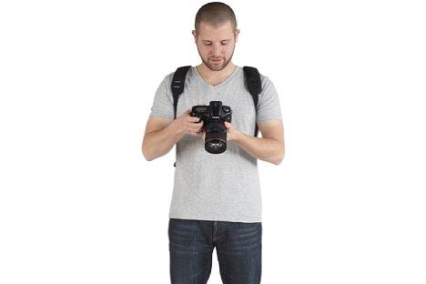 Bild Dank der zwei im Lieferumfang enthaltenen Gurte, kann der Kata 3N1-22 DL ganz normal als Rucksack getragen werden. [Foto: Manfrotto Distribution]