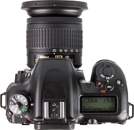 Bild DasNikon AF-P DX 10-20 mm 1:4,5-5,6G VR, hier an der Nikon D7500, fällt relativ kompakt und leicht aus. [Foto: MediaNord]