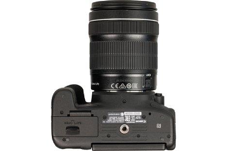 Bild Hätte Canon den Akku im Handgriff untergebracht, wäre der Abstand zum Stativgewinde größer. Aber auch so reicht dieser bei der Canon EOS 750D und 760D zumindest bei der Verwendung kleiner Stativwechselplatten aus. [Foto: MediaNord]