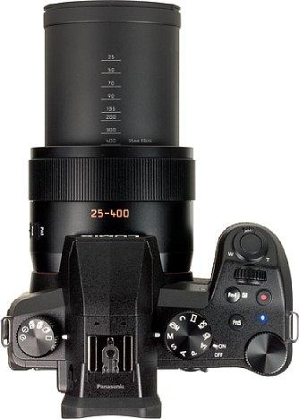 Bild Maximal rausgezoomt wird aus der ohnehin schon großen Kamera ein echter Bolide. Praktischerweise lässt sich die kleinbildäquivalente Brennweite am Tubus ablesen. [Foto: MediaNord]