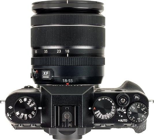 Bild Die Fujifilm X-T30 kann, muss aber nicht über die klassischen Einstellräder bedient werden. Sie bietet auch eine Vollautomatik, Motivprogramme und moderne Multifunktionsräder. [Foto: MediaNord]