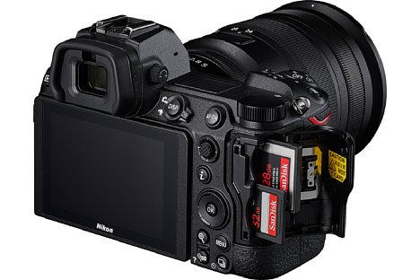 Bild Ein wesentlicher Unterschied zu den Vorgängermodellen ist der Doppel-Speicherkartenslots (XQD/CFexpress und SD/SDHC/SDXC UHS I+II) der Nikon Z 6II und Z 7II. [Foto: Nikon]