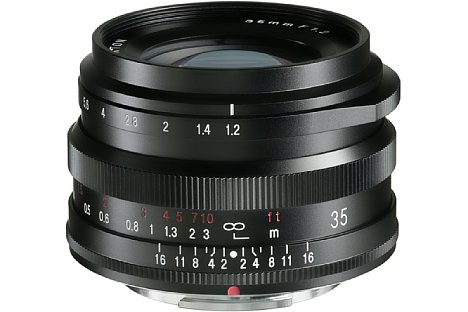 Bild Für seine hohe Lichtstärke ist das Voigtländer Nokton 35 mm F1.2 X verhältnismäßig kompakt (7 x 4 cm), leicht (unter 200 g) und preisgünstig (650 €). [Foto: Voigtländer]