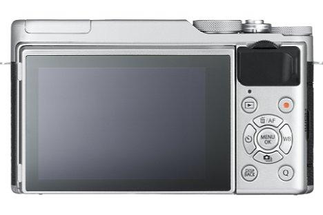 Bild Der rückwärtige 7,5-Zentimeter-Bildschirm der Fujifilm X-A10 lässt sich für Selfies um 180 Grad nach oben klappen. [Foto: Fujifilm]