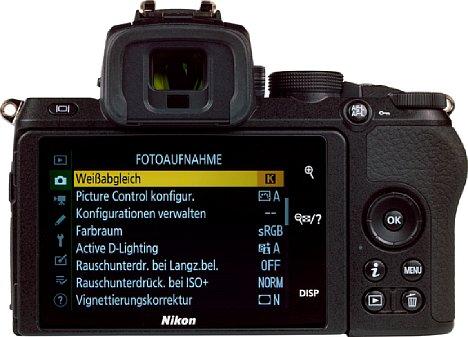 Bild Der rückwärtige Touchscreen der Nikon Z 50 lässt sich um 110 Grad nach oben und für Selfies um 180 Grad nach unten klappen. Rechts neben dem Bildschirm befinden sich permanente Touch-Bedienelemente. [Foto: MediaNord]