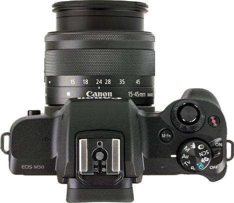 Bild Der TTL-Systemblitzschuh der Canon EOS M50 besitzt im Gegensatz zum Blitzschuh der zeitgleich vorgestellten EOS 2000D und 4000D noch einen Mittenkontakt, was die Kompatibilität mit verschiedensten Blitzen verbessert. [Foto: MediaNord]