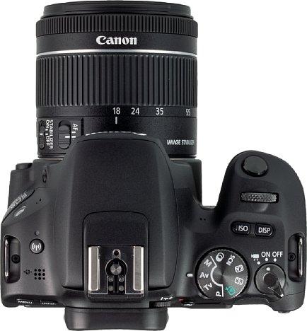 """Bild In der Draufsicht zeigen sich die Bedienelemente der EOS 200D sehr deutlich. Auch gut zu sehen ist, wie wenig """"Überhang"""" die Kamera auf der linken Seite hat. [Foto: MediaNord]"""