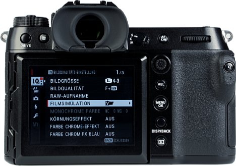 Bild Der helle, 8,1 Zentimeter große und hochauflösende Touchscreen der Fujifilm GFX100S lässt sich nicht nur nach oben und unten, sondern auch zur Seite klappen. [Foto: MediaNord]
