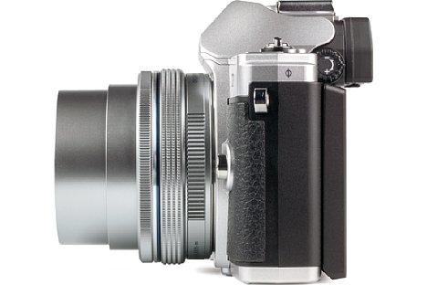 Bild Beim Ausschalten zieht das 14-42mm EZ seinen Tubus zurück ins Gehäuse, womit es mit der Olympus OM-D E-M10 Mark III nur noch 7 cm dick ist. Trotzdem befinden sich ein Fokus- und ein Zoomring (beide elektronisch) am Objektiv. [Foto: MediaNord]