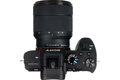 Bild Bedingt durch den Bildstabilisator wächst das Gehäuse der Alpha 7 II in der Tiefe, wodurch die Kamera nicht mehr ganz so elegant wirkt. [Foto: MediaNord]