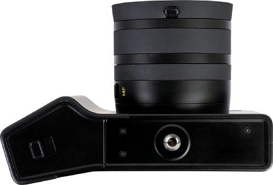 Bild Auf der Unterseite der Zeiss ZX1 befinden sich das Stativgewinde und die Batteriefachklappe. [Foto: MediaNord]