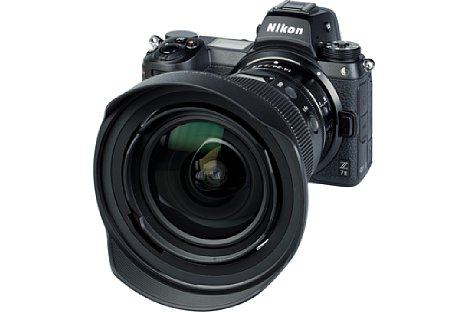 Bild Mit der HB-97 liegt dem Nikon Z 14-24 mm F2.8 S aber auch eine deutlich größere Streulichtblende bei. Sie kann ebenfalls zum Transport verkehrt herum montiert und mit dem Innendeckel kombiniert werden. Als Besonderheit bietet sie ein 112 mm Filtergewinde. [Foto: MediaNord]