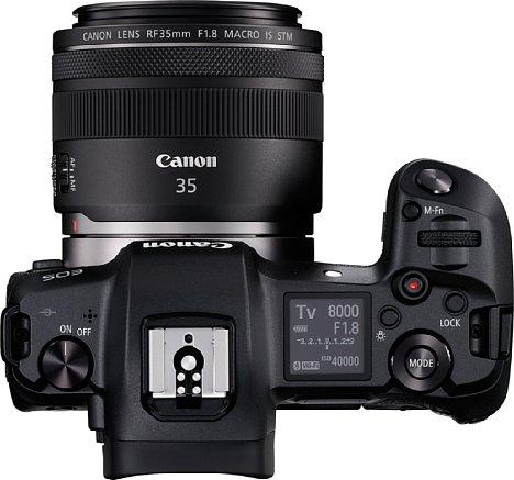 Bild Auf der Oberseite der Canon EOS R sitzt ein großes Schwarzweiß-Status-Display. Der Blitzanschluss ist kompatibel zum EOS-Blitzsystem von Canon. [Foto: Canon]