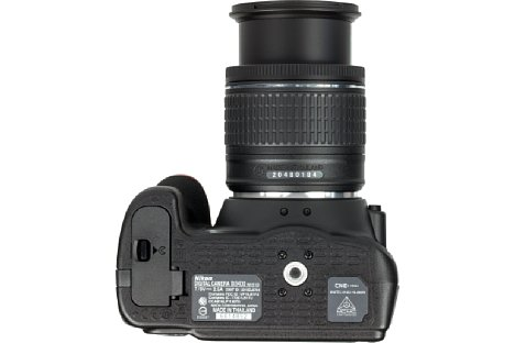 Bild Das Stativgewinde der Nikon D3400 sitzt in der optischen Achse und weit entfernt vom Akkufach. [Foto: MediaNord]