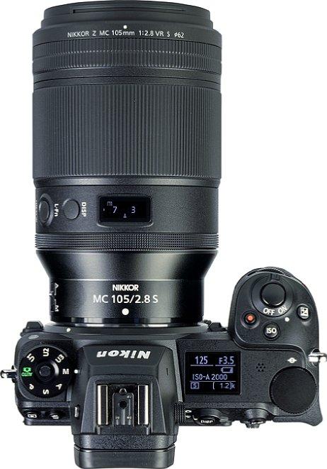 Bild Mit einer Länge von 14 Zentimetern und einem Durchmesser von 8,5 Zentimetern wirkt das TelemakroNikon Z MC 105 mm F2.8 VR S an der Nikon Z 7II riesig. Über 1,3 Kilogramm wiegt die Kombination, wobei das Objektiv sogar leichter als die Kamera ist. [Foto: MediaNord]