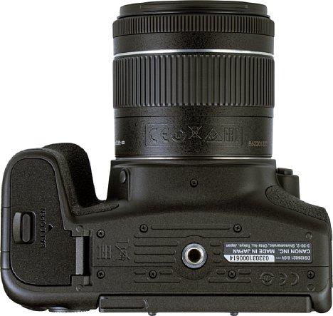 Bild Das Stativgewinde der Canon EOS 850D hat genug Abstand von der Akkufachklappe, es liegt in der optischen Achse und ist aus Metall. [Foto: MediaNord]