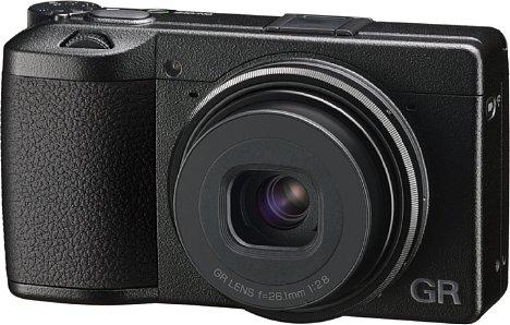 Bild Die Ricoh GR IIIx besitzt als einzige Hardware-Neuerung gegenüber der GR III ein längerbrennweitiges Objektiv. Es deckt ein Kleinbildäquivalent von 40 mm ab. [Foto: Ricoh]