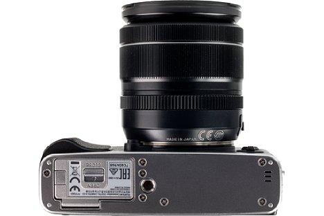 Bild Sehr ungünstig platziert hat Fujifilm das Stativgewinde der X-E3. Am besten holt man sich den passenden Griff mit Arca-Swiss-Aufnahme, der zudem die Handhabung der Kamera verbessert. [Foto: MediaNord]
