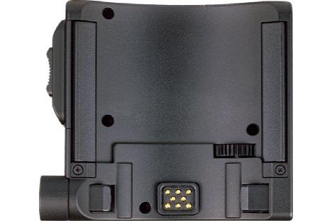 Bild Auf der Oberseite des PZ-E1 sind die Kontaktstifte zu sehen, die die Verbindung zum Objektiv herstellen. [Foto: MediaNord]