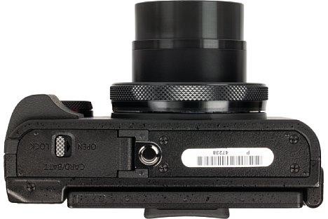Bild Das Stativgewinde der Canon PowerShot G5 X liegt leider nicht nur außerhalb der optischen Achse, sondern auch noch direkt neben dem Speicherkarten- und Akkufach. [Foto: MediaNord]