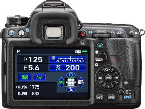 Bild Auf der Rückseite besitzt die Pentax K-3 II einen 8,1 Zentimeter großen und über eine Million Bildpunkte auflösenden Bildschirm. [Foto: Pentax]