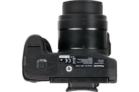 Bild Das Stativgewinde der Panasonic Lumix DMC-FZ300 sitzt leider außerhalb der optischen Achse und zudem noch viel zu dicht am Akku- und Speicherkartenfach. [Foto: MediaNord]