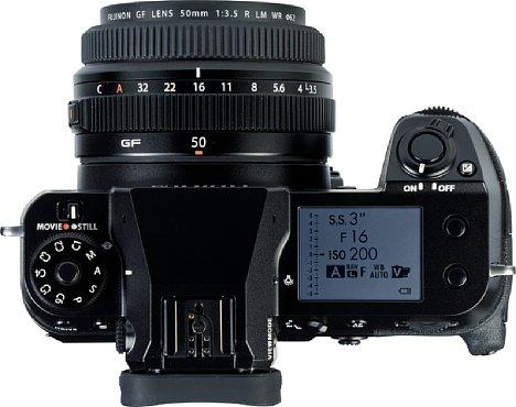 Bild Das Fujifilm GF 50 mm F3.5 R LM WR trägt kaum auf, bietet aber dennoch einen vollwertigen Blendenring und einen griffigen Fokusring. [Foto: MediaNord]