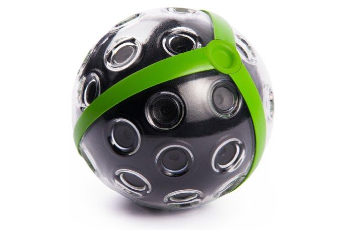 Bild Design-Prototyp: Die endgültige Panono Panoramic Ball Camera besitzt ein robustes Kunststoffgehäuse und wird mit markanten grünen oder dezenten schwarzen Streifen erhältlich sein. [Foto: Panono]