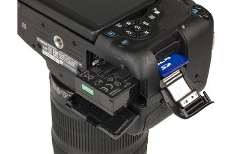 Bild Akku und SD-Speicherkarte werden bei der Canon EOS 750D und 760D jeweils getrennt voneinander entnommen. So kommt man besonders einfach an die Speicherkarte heran. [Foto: MediaNord]