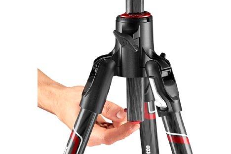 Bild Um die Mittelsäule umzuklappen muss der Fotograf nur den Knopf auf der Unterseite der Mittelsäule drücken und von oben an ihr ziehen. [Foto: Manfrotto]