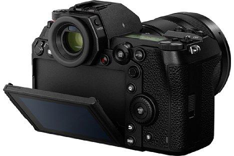 Bild Auch Über-Kopf-Aufnahmen gelingen dank des um 45 Grad nach unten klappbaren Touchscreens der Panasonic Lumix DC-S1 und DC-S1R problemlos. [Foto: Panasonic]