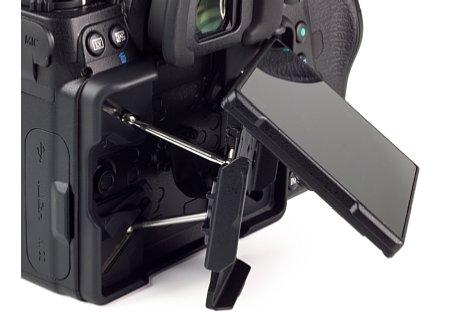 Bild Seitlich sind mit dem Display der Pentax K-1 Mark II bis zu 35 Grad weite Schwenks möglich. [Foto: MediaNord]