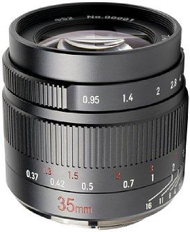 Bild Das 7Artisans 35 mm F0,95 ist trotz der hohen Lichtstärke ein preisgünstiges, sehr gut verarbeitetes und erstaunlich kompaktes Objektiv. [Foto: 7Artisans]