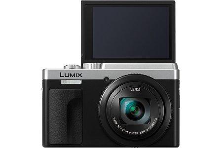Bild Der 7,5 Zentimeter große Touchscreen der Panasonic Lumix DC-TZ96 lässt sich für Selfies um 180 Grad nach oben klappen. [Foto: Panasonic ]