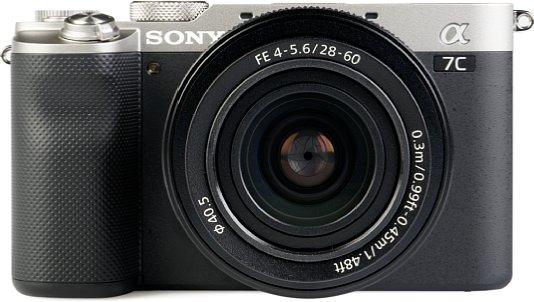 Bild Der Handgriff der Sony Alpha 7C hat eine schicke, moderne Belederung. Leider fehlt ein Zeigefingerrad. [Foto: MediaNord]