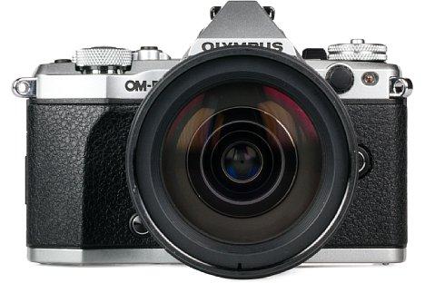 Bild Auf der Vorderseite bietet die Olympus OM-D E-M5 Mark II sogar einen Studioblitzanschluss. [Foto: MediaNord]
