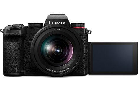 Bild Auch in Selfieposition lässt sich der 7,5 Zentimeter große, 1,84 Millionen Bildpunkte auflösende 3:2-Touchscreen der Panasonic Lumix DC-S5 bringen. [Foto: Panasonic]