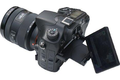 Bild Der 7,5 Zentimeter große Bildschirm der Sony Alpha SLT-A77 II bietet Dank drei Gelenken besonders viele Freiheitsgrade. [Foto: MediaNord]
