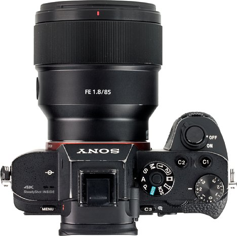 Bild Da die Sony Alpha 7R II eine sehr kompakte Vollformatkamera ist, wird das gar nicht so große FE 85 mm F1.8 schon recht groß, ergibt mit der Kamera aber eine gut ausbalancierte Kombination. [Foto: MediaNord]