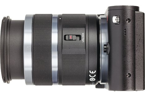 Bild Das 12-40 mm Setobjektiv der Yi M1 besitzt einen Einfahrmechanismus, wirklich kompakt wird es dadurch für den Trransport aber auch nicht. [Foto: MediaNord]