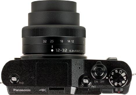 Bild Auch einen Blitzschuh sucht man bei der Panasonic Lumix DC-GX880 vergeblich. Immerhin befinden sich auf der Oberseite zwei hochwertige und vor allem programmierbare Knöpfe. [Foto: MediaNord]