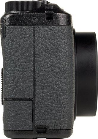 Bild Auf der rechten Seite der Kamera ist die USB-C-Schnittstelle unter einer weichen Gummiklappe verborgen. Ladekabel, Datenkabel, HDMI-Kabel oder Fernauslösekabel können hier angeschlossen werden. [Foto: MediaNord]